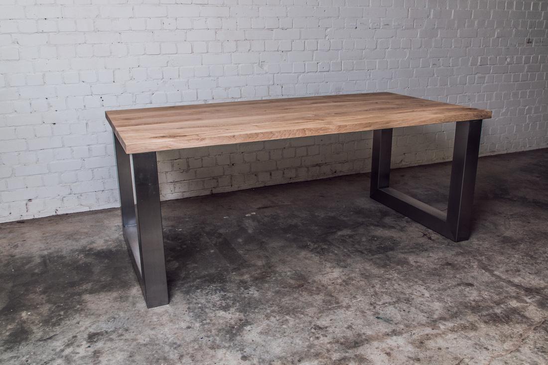 Rvs tafel op maat gecombineerd met stoer robuust eiken en noten